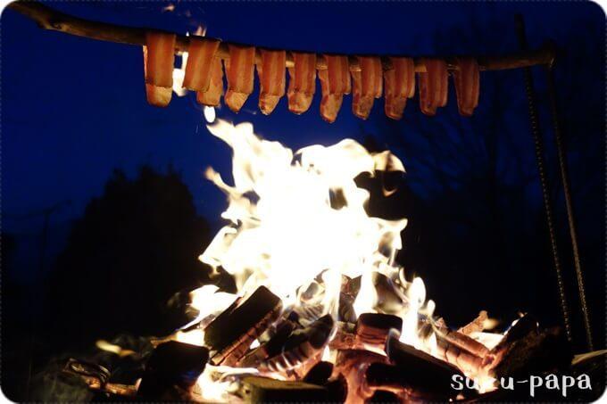 焚火とベーコン
