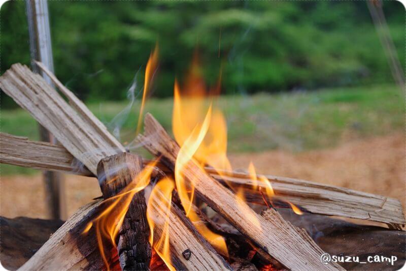 焚き火 始めは小さく